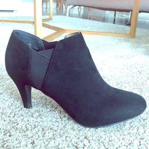 Beautiful black Nine West heeled boots, 6